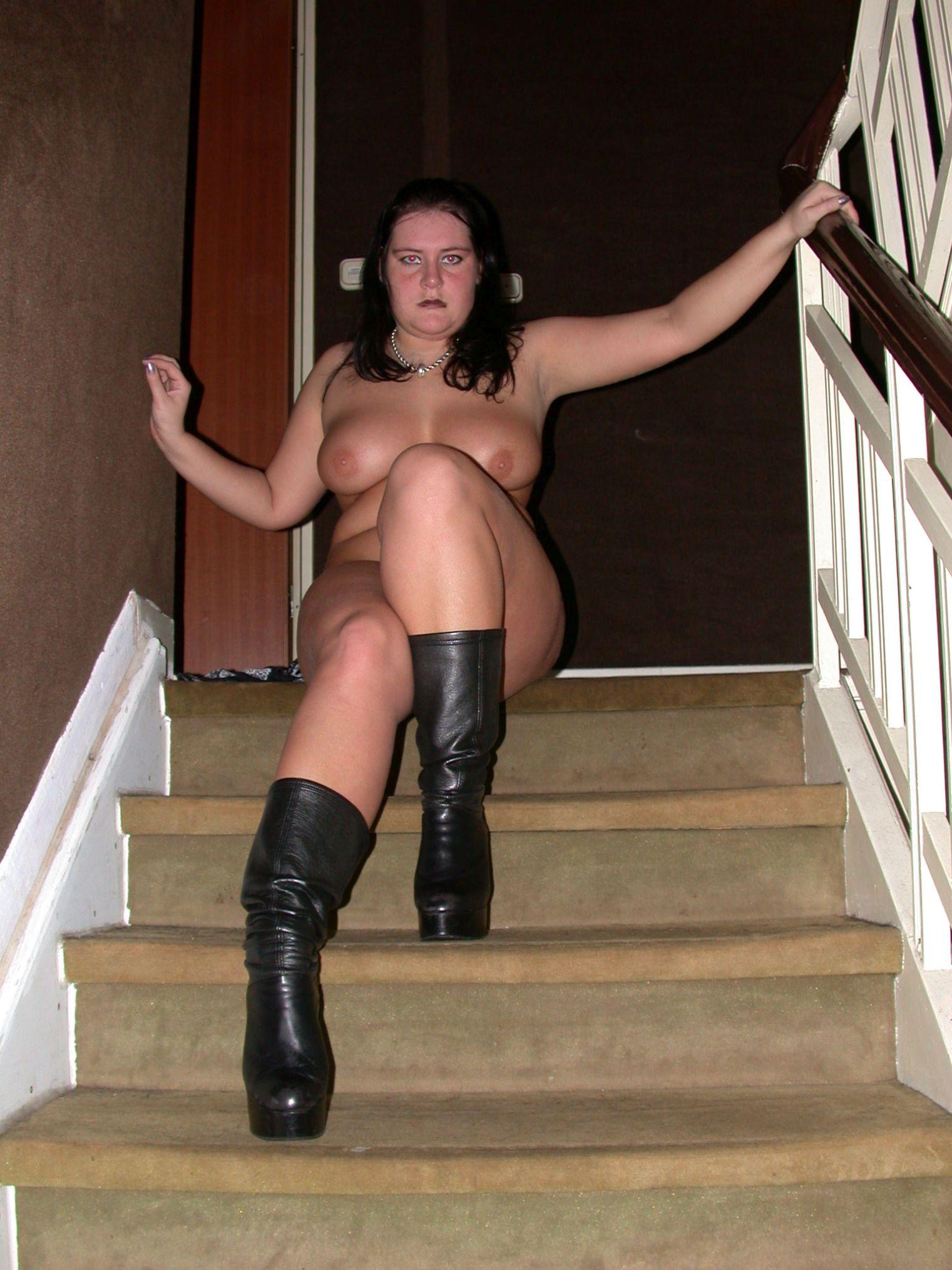 nackte dicke Frau mit Stiefeln